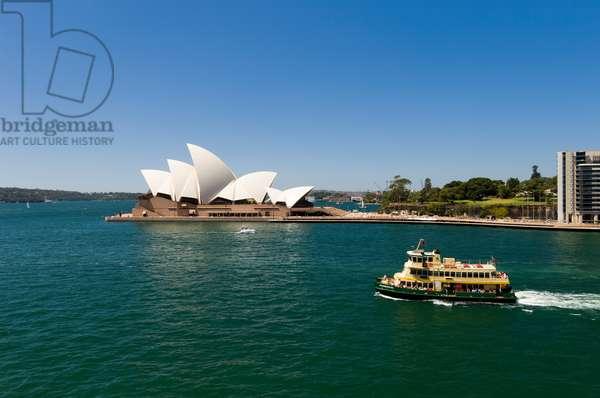 A ferry passing near the Sydney Opera House (photo)