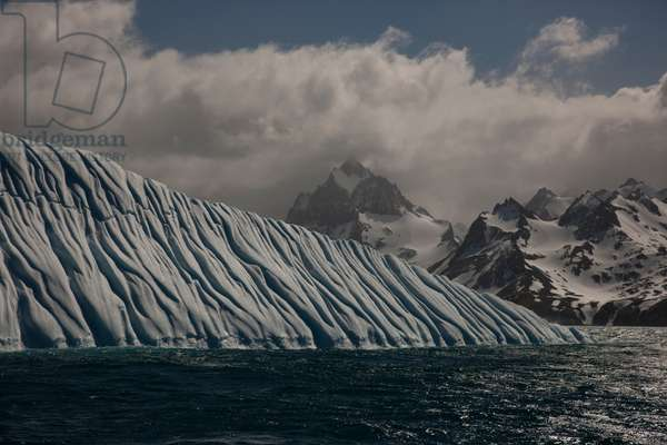 Current lines create formations on iceberg (photo)