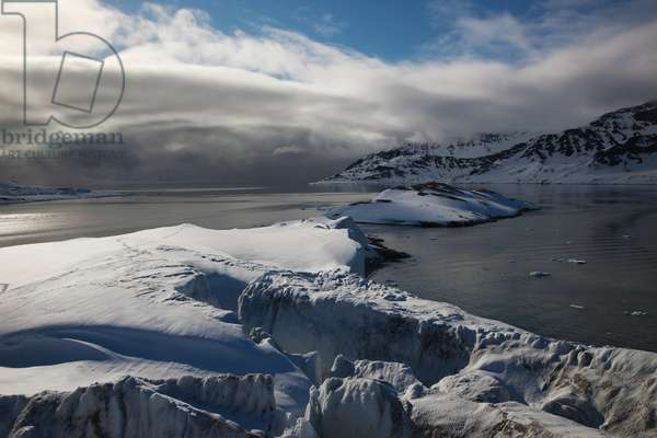 Arctic waters surround glaciers of Svalbard (photo)