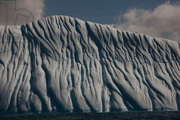Current lines create formations along iceberg (photo)