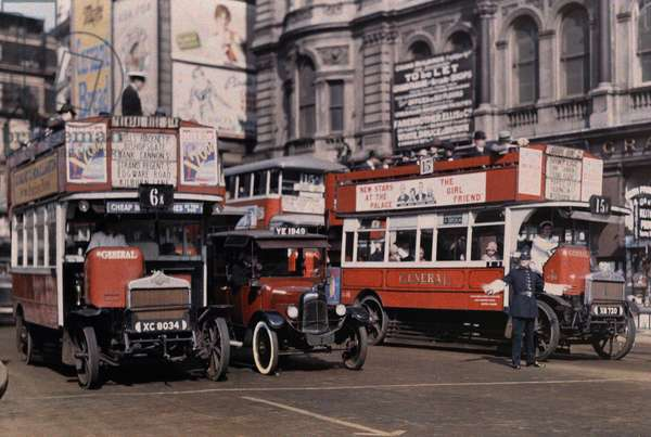 A policeman directs buses at the intersection of Trafalgar Square, London, 1929 (autochrome)