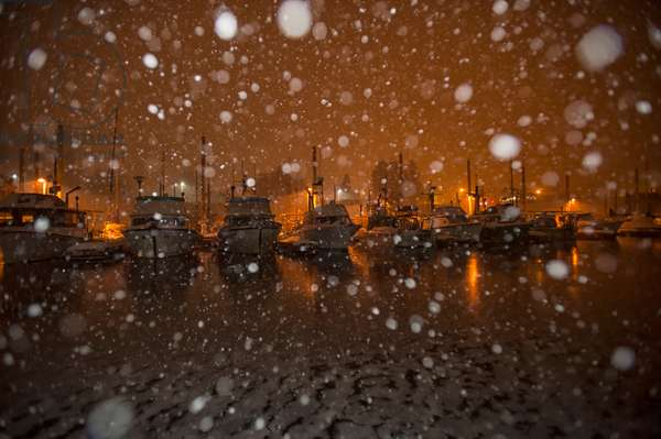 Fishing boats in dock during a snowstorm at night (photo)