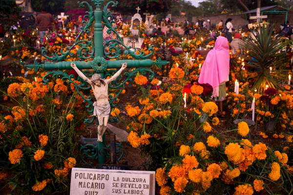 Day of the Dead at a cemetery in Atzompa (photo)