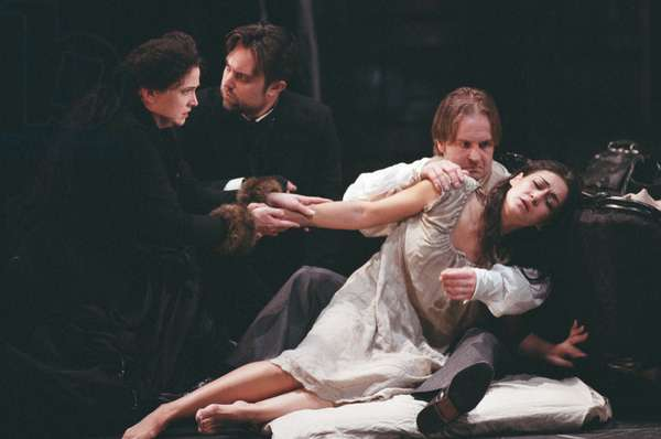 La Traviata, Welsh National Opera, Glyndebourne, 2009 (photo)