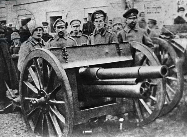 Troops with a cannon at the Moscow Soviet building, 1917 (b/w photo)