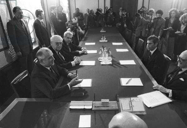 General Secretary of the CPSU Central Committee Mikhail Gorbachev saying words of gratitude to American citizens - Industrialist Armand Hammer and Bone Marrow Specialist Dr. Robert Gale for their assistancein eliminating the consequences of the Chernobyl nuclear accident, 1986 (photo)