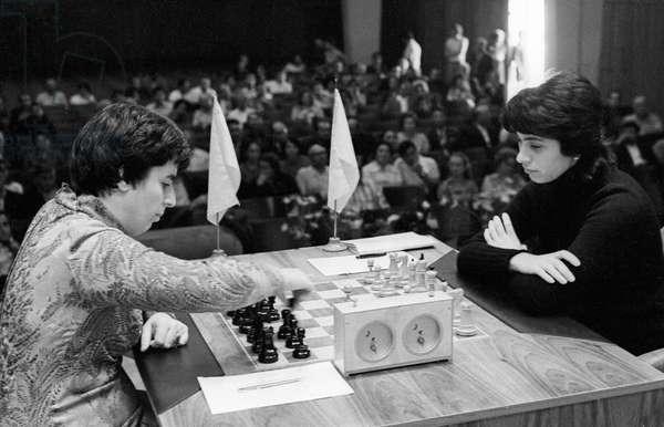 Chess players Nona Gaprindashvili (left) and Nana Alexandria (right) at a world championship match, September 1, 1975 (photo)