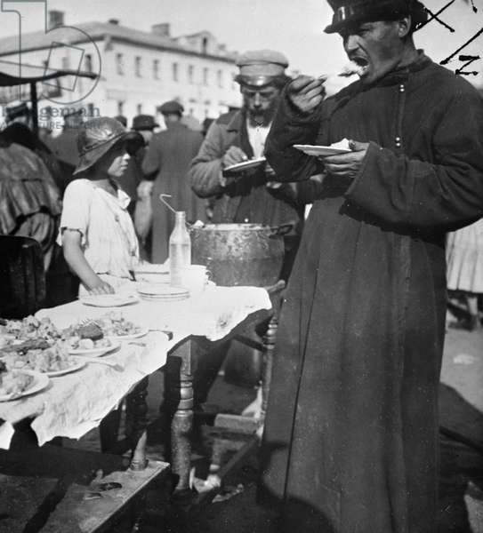 Meal vendors in Sukharevsky bazaar, 1919 (b/w photo)