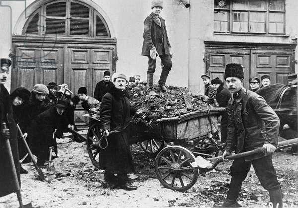 Petrograd residents remove trash from streets during Voskresnik [Sunday work], 1920 (b/w photo)