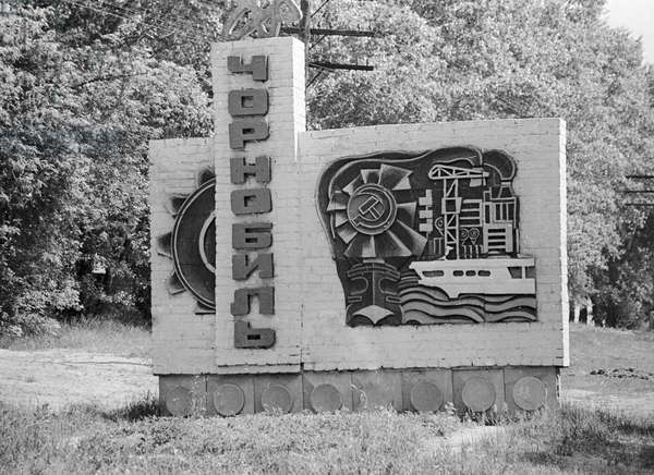 A stele at the entrance to Chernobyl, 1986 (photo)