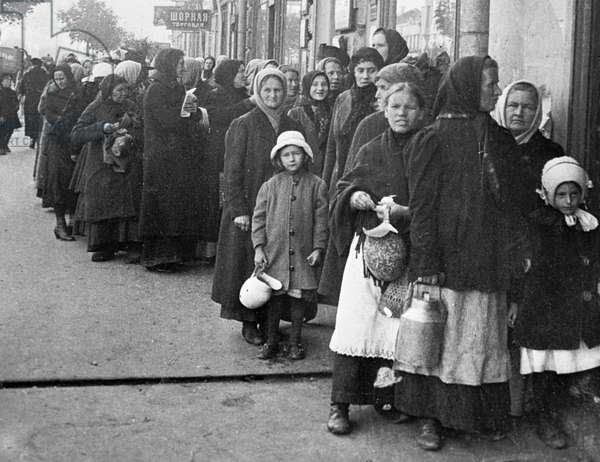 Lining to buy foodstuffs, 1919 (b/w photo)