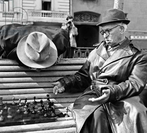 Pensioners play chess on a bench in the park, Novosti Press agency photo exhibition APN-69, Boris Kavashkin/Sputnik (photo)