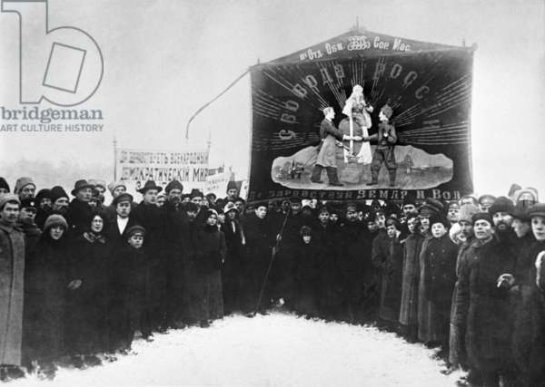 Demonstrating for peace in Petrograd, February 1917 (b/w photo)