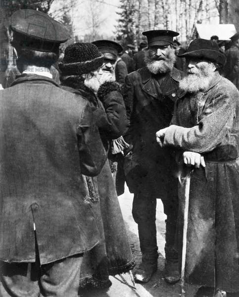 Peasants from the Moscow environs, 1917 (b/w photo)