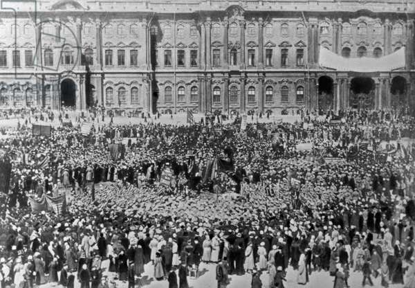 Palace Square public demonstration on Mayday, 1917 (b/w photo)
