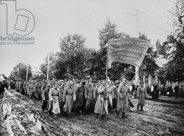 Red Army servicemen walk to Syzran station, 1917 (b/w photo)