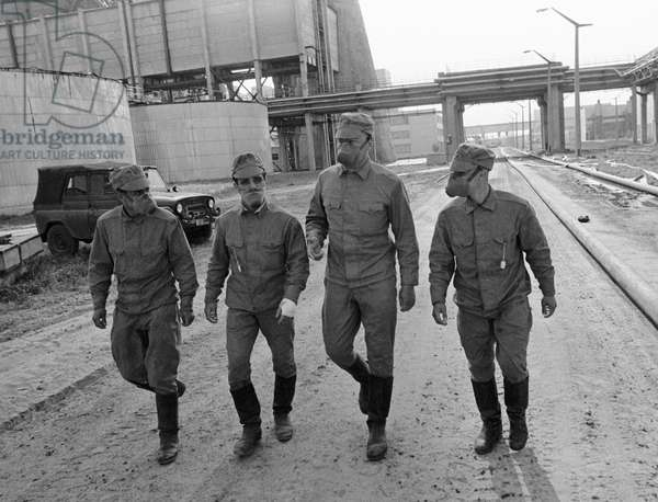 Decontamination units on the way to the Chernobyl NPP disaster scene, 1986 (photo)