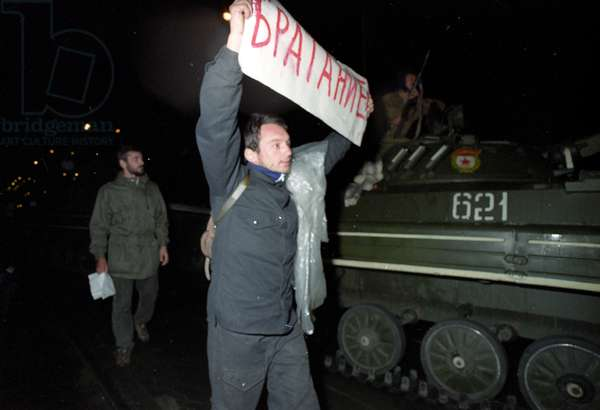 Protesters urging soldiers to take their side on the Sadovoye Ring Road near Tchaikovsky street during a coup d'état attempt, August 21, 1991 (photo)