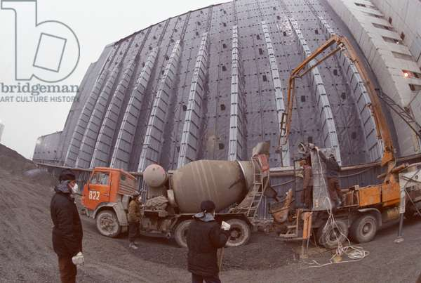 Post-accident clean-up at Chernobyl Nuclear Power Plant. Construction of the sacrophagus for ruined Reactor No. 4 is completed, 1986 (photo)