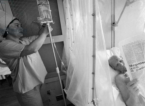 V. Starovoit (right), who was involved in the Chernobyl nuclear plant fire fighting from the outset of the accident, being treated in the isolation sterile-air ward of the sixth Moscow clinic , 1986 (photo)