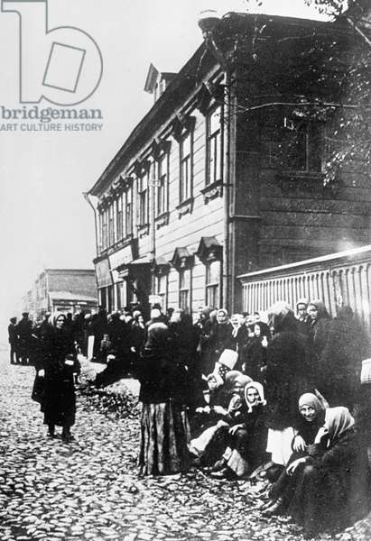 Queuing for food, 1917 (b/w photo)