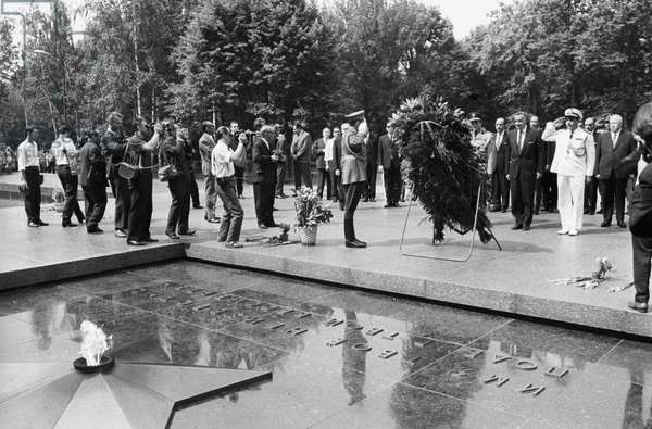 ARE President Gamal Abdel Nasser near the Tomb of the Unknown Soldier during his visit to the USSR, 1968 (b/w photo)