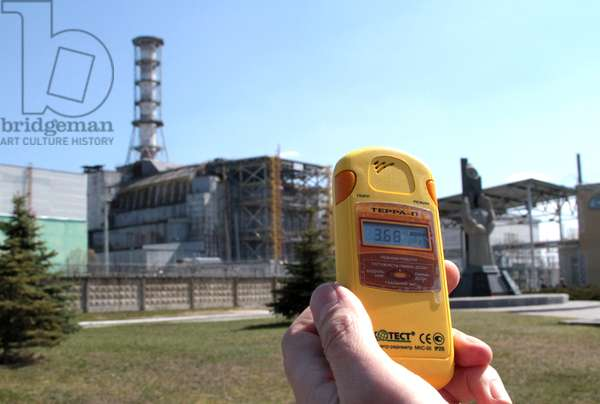Dosimeter shows the radiation level is 3. 68 mikroziverta in the sarcophagus over the fourth power unit of Chernobyl NPP, 2011 (photo)