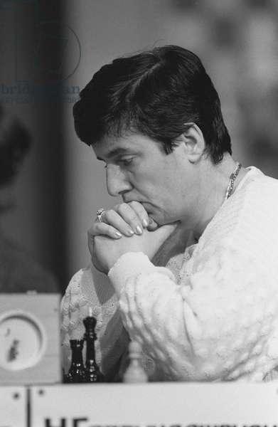 Nona Gaprindashvili, International Grandmaster Lev and the fifth women's world chess champion, during a match, September 1, 1988 (photo)