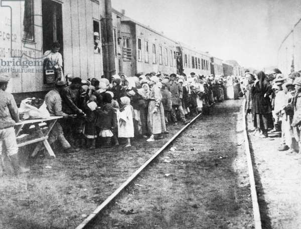 Supplying food for the starving population of the Volga Region, 1921 (b/w photo)