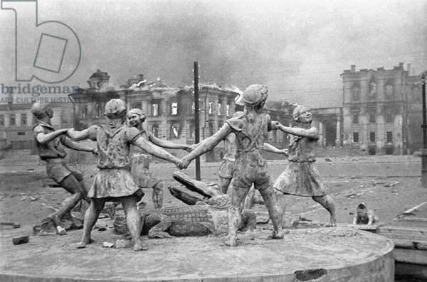 A destroyed monument to playing children in Stalingrad, August, 1, 1942 (photo)