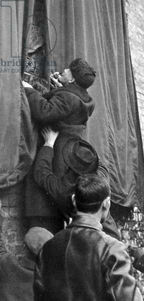 Lenin unveiling memorial plaque on Kremlin, 1918 (b/w photo)