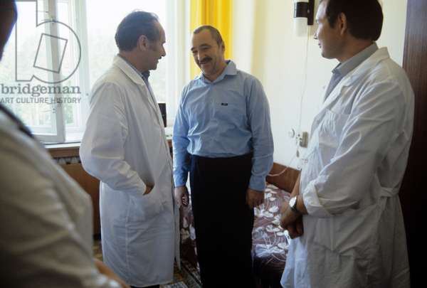 The 6th clinical hospital where the victims of the Chernobyl disaster were brought. Hospital patient, shift foreman of turbine department, German Busygin, talking to doctors, 1986 (photo)