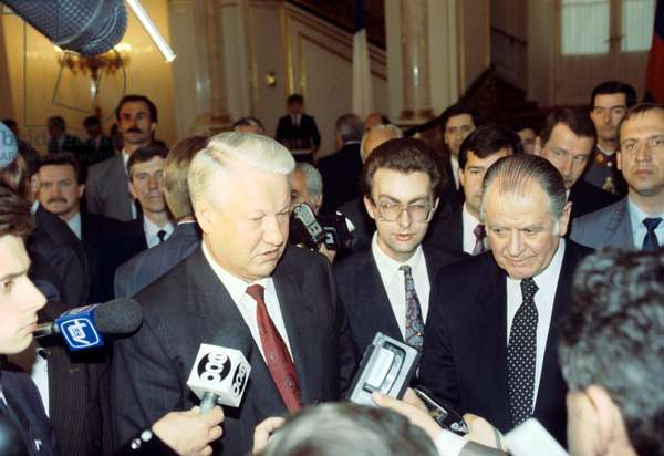 Russian President Boris Yeltsin (center left) and Chilean President Patricio Aylwin Azócar (second right) speaking to journalists after talks at the Moscow Kremlin during Aylwin's official visit to Russia, 1993 (photo)