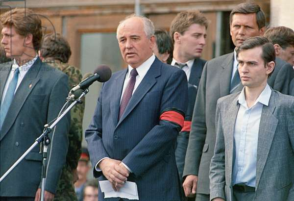 Soviet President Mikhail Gorbachev speaking at a funeral of the defenders of democracy killed on the night of August 20-21, 1991 (photo)