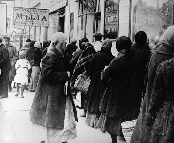 Queue for food, 1917 (b/w photo)