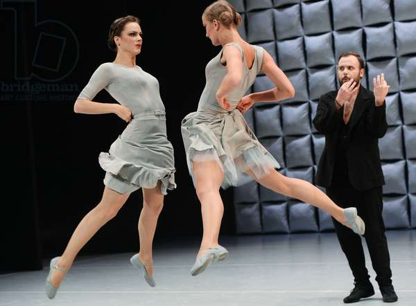 Asya Domskaya, Lada Churovskaya, Denis Samoilov (left to right) in a scene from Men and Women at the Yevgeny Vakhtangov Theater, Vladimir Fedorenko/Sputnik (photo)