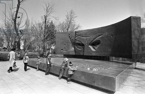 97450 01.04.1986 A monument to Hero of the Soviet Union Richard Sorge in Baku.  V. Kalinin / Sputnik