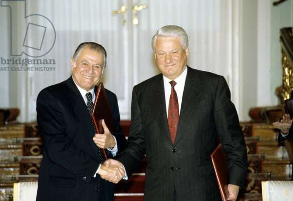 Russian President Boris Yeltsin (right) and Chilean President Patricio Aylwin Azócar shake hands after signing the Declaration on Principles for Relations and Cooperation Between Russia and Chile and a number of interstate agreements during Aylwin's official visit to Russia, 1993 (photo)
