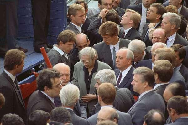 Bidding farewell to Ilya Krichevsky, Dmitry Komar and Vladimir Usov killed while defending the Government House on August 21, 1991 (photo)