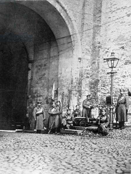 Gunners at Borovitskiye gates, 1917 (b/w photo)
