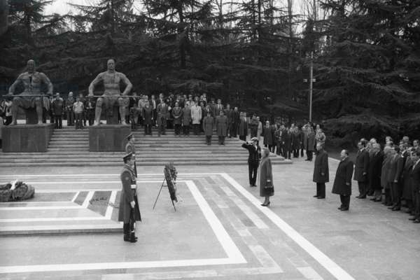 Margaret Thatcher laying a wreath to the Tomb of the Unknown Soldier in Tbilisi, Georgia, USSR 1987  (photo)