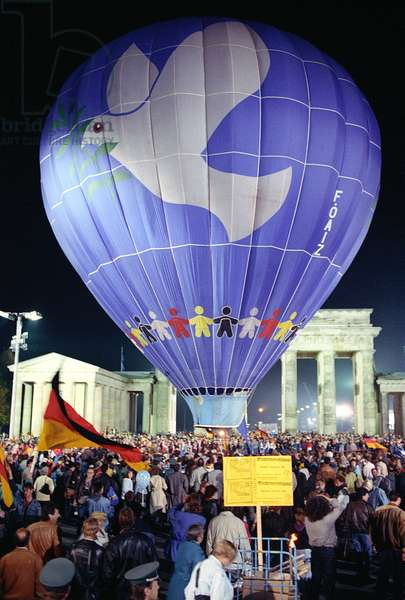 Celebrations at the Brandenburg Gate in Berlin on the day of German reunification, 9th October 1990 (photo)