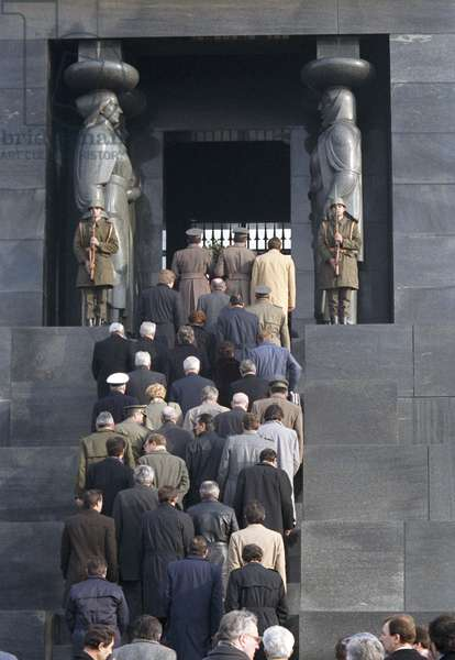 Mikhail Gorbachev's official friendly visit to Yugoslavia, and the Tomb of the Unknown Hero, Mt. Avala, 1988 (photo)