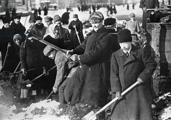 Petrograders removing snow from the streets. , 1920 (b/w photo)