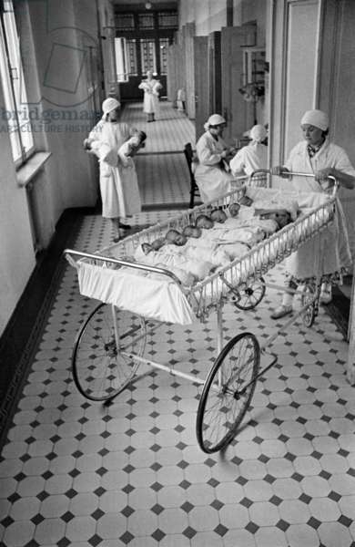 Time to feed newborn babies at a maternity hospital in Moscow, 1955, Anatoliy Garanin/Sputnik (photo)