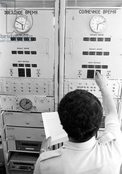 An atomic clock at the giant radio optical telescope on Mount Aragats, 1987 (b/w photo)