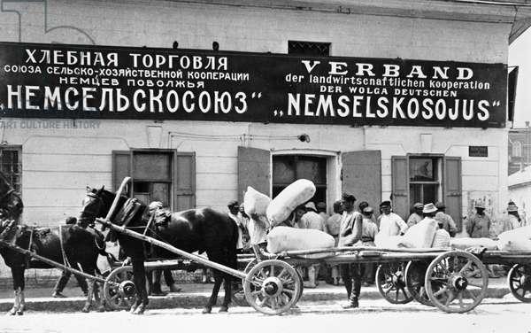 Selling grain at German cooperative in Volga region, 1921 (b/w photo)