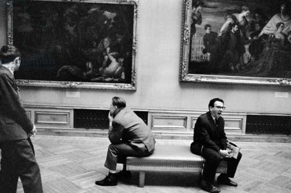 Museum visitors taking a rest on a bench in the hall Valeriy Shustov/Sputnik (photo)
