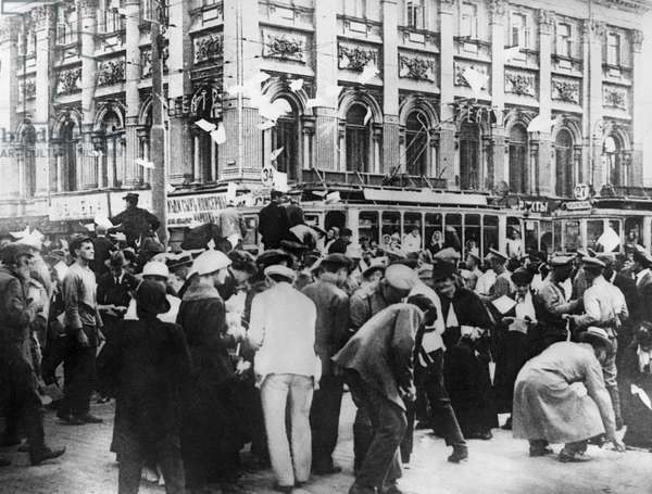 Handing out newspapers and leaflets in Moscow, 1917 (b/w photo)