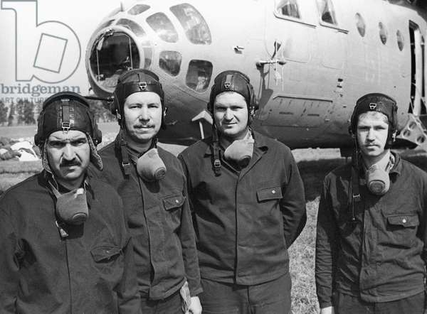 The crew of MI-6 helicopter, which performed different missions in the area of the fourth unit of the Chernobyl nuclear power plant that was experienced a disaster on April 26, 1986. from left to right: Lt-Col. S. Satvaldyyev, Captain V. Syzranov, Senior Lt. Ye. Orfenov and Lt. T. Nabiyev, 1986 (photo)